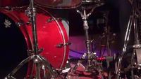 Drummer man som spelar trummor - Närbild på trumman