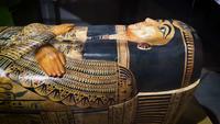 Antiguo sarcófago egipcio de mujer