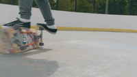 Jonge man die een Skate Trick On Two Wheels And Falling