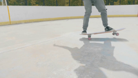 Jonge Man die een Skate Trick On Two Wheels en Falende