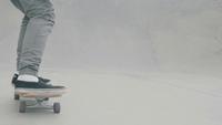 Viajando tiro seguindo um homem patinando uma rampa de concreto