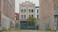 Clip de mano de un campo privado entre edificios