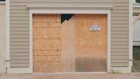 Handheld-Clip der Hausfassade mit Warnschild