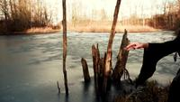 Hermosa mujer vikinga de pie en el mar congelado con los brazos extendidos