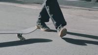Tiro medio de patas de patinador que fallan en un truco de skate