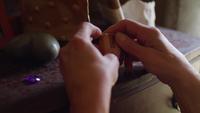 Schließen Sie oben von den Händen, die eine Holzkiste auf eine Frisierkommode legen