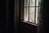 Inomhusklipp av ljust fönster och gardiner