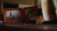 Clip de mano de fotos antiguas y regalos