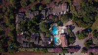 Flyger ner på villor på en solig dag på Korsika i 4K