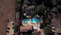 Vliegen boven villa's op een zonnige dag in Corsica in 4K