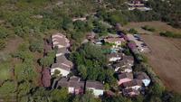 Vliegen weg van villa's op een zonnige dag op Corsica in 4K