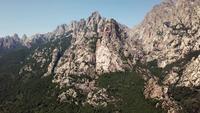 Drohne fliegt in 4K auf einen Berg zu