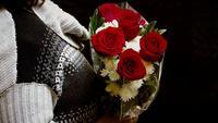 Mujer recibiendo rosas