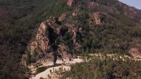 Vliegen richting rots met kreek in 4K