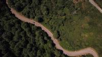 Voando acima de uma estrada em 4K
