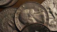 Roterande stock footage skott av amerikanska kvartaler (mynt - $ 0.25) - PENGAR 0241