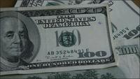 Roterande stock footage skott på $ 100 räkningar - MONEY 0150