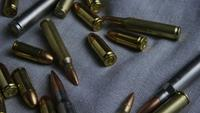 Filmischer Drehschuss von Kugeln auf einer Stoffoberfläche - BULLETS 092