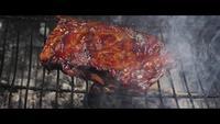 Asar a la parrilla las costillas de barbacoa una parrilla de madera ahumada - BBQ 060