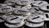 Roterende opname van Bitcoins (digitale cryptocurrency) - BITCOIN LITECOIN 492
