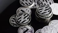 Roterande skott av Bitcoins (digital cryptocurrency) - BITCOIN LITECOIN 371