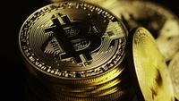 Roterende opname van Bitcoins (digitale cryptocurrency) - BITCOIN 0105