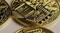 Drehende Aufnahme von Bitcoins (digitale Kryptowährung) - BITCOIN 0147