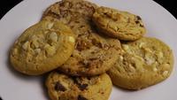 Tournage cinématographique et rotatif de biscuits sur une assiette - COOKIES 384