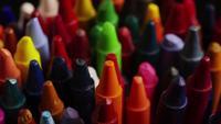 Roterend schot van kleur waskrijtjes voor tekenen en knutselen - CRAYONS 010