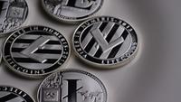 Drehende Aufnahme von Litecoin Bitcoins (digitale Kryptowährung) - BITCOIN LITECOIN 0136