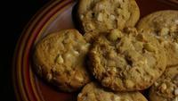 Rotation cinématique de biscuits sur une assiette - BISCUITS 325