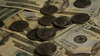 Tiro giratorio de dinero estadounidense (moneda) - DINERO 587