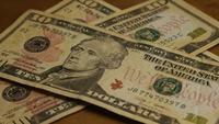 Tiro giratorio de dinero estadounidense (moneda) - DINERO 575