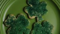 Cinematisk, roterande skott av Saint Pattys Day Cookies på en tallrik - COOKIES ST PATTY 009