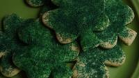 Cinematisk, roterande skott av Saint Pattys Day Cookies på en tallrik - COOKIES ST PATTY 017