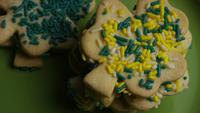 Filmische, roterende opname van Saint Patty's Day Cookies op een bord - COOKIES ST PATTY 024