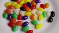 Roterend schot van kleurrijke Pasen-geleibonen - PASEN 090