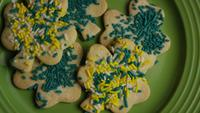 Cinematisk, roterande skott av Saint Pattys Day Cookies på en tallrik - COOKIES ST PATTY 006