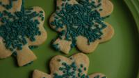 Cinematisk, roterande skott av Saint Pattys Day Cookies på en tallrik - COOKIES ST PATTY 002