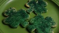 Cinematisk, roterande skott av Saint Pattys Day Cookies på en tallrik - COOKIES ST PATTY 016