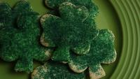 Cinematic, Rotating Shot of Saint Patty's Day Cookies op een bord - COOKIES ST PATTY 018