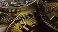 Drehende Aufnahme von Bitcoins (digitale Kryptowährung) - BITCOIN MIXED 080