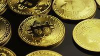 Drehende Aufnahme von Bitcoins (digitale Kryptowährung) - BITCOIN 0021