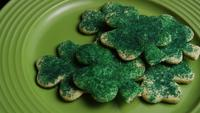 Cinematisk, roterande skott av Saint Pattys Day Cookies på en tallrik - COOKIES ST PATTY 020