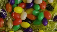 Plan tournant de décorations de Pâques et de bonbons dans l'herbe de Pâques colorée - PÂQUES 008