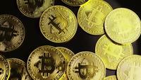 Drehende Aufnahme von Bitcoins (digitale Kryptowährung) - BITCOIN 0086