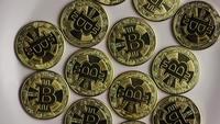 Drehende Aufnahme von Bitcoins (digitale Kryptowährung) - BITCOIN 0244