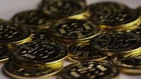 Drehende Aufnahme von Bitcoins (digitale Kryptowährung) - BITCOIN 0320