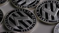 Drehende Aufnahme von Litecoin Bitcoins (digitale Kryptowährung) - BITCOIN LITECOIN 0098