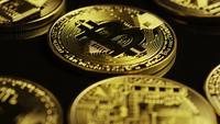 Drehende Aufnahme von Bitcoins (digitale Kryptowährung) - BITCOIN 0083